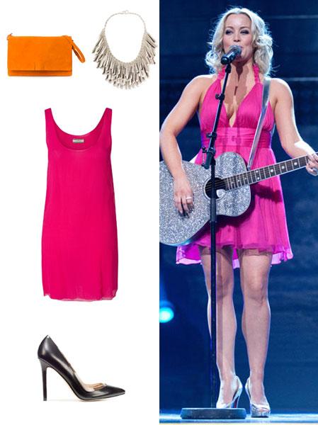HANNE SØRVAAG: Hanne brukte denne rosa kjolen under Grand Prix i 2011. Dette er et typisk sceneantrekk, og kan bli litt mye i hverdagen. Prøv derfor å roe ned antrekket med noen enkle sorte pumps. Colorblocking er fortsatt svært aktuelt, prøv for eksempel en oransje clutch til den rosa kjolen og et kult statementsmykke. Oransje clutch (kr  799, Zara), statement smykke fra Mi Lajki (kr 179, Nelly.com), rosa kjole fra By Malene Birger (kr 1349, Nelly.com), sorte pumps (kr 759, Zara.com)