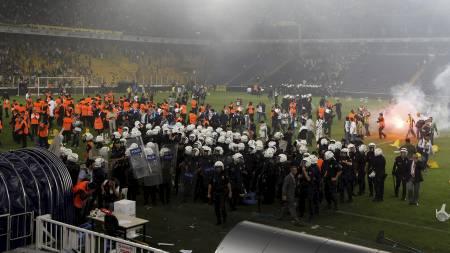 Fans av Fenerbahce stormet banen og kom i klammeri med opprørspolitiet etter kampen mot Galatasaray, som vant ligaen. (Foto: MURAD SEZER/Reuters)