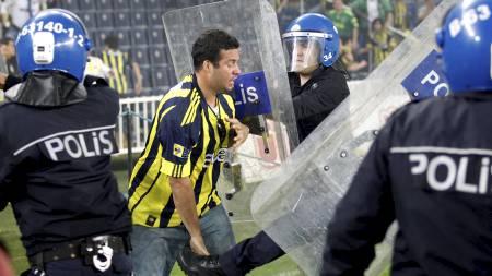 Fans av Fenerbahce stormet banen og kom i klammeri med opprørspolitiet etter kampen mot Galatasaray, som vant ligaen. (Foto: UMIT BEKTAS/Reuters)