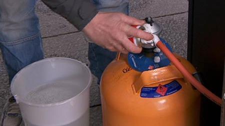 VIKTIG: Se etter lekkasjer med såpevann.  (Foto: TV 2 )