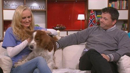FOREBYGG: Veterinær Torill Moseng og Ole Herman Tronerud fra Mattilsynet anbefaler alle hunde- og katteeiere å gi dyret flåtthalsbånd eller dråper i nakken for å unngå flåttbitt. Her med hunden Emil.  (Foto: TV 2)