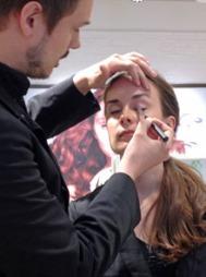 MAKEUPTIPS: The Body Shops makeupartist i Norge, Tore Petterson viser makeuptriks.