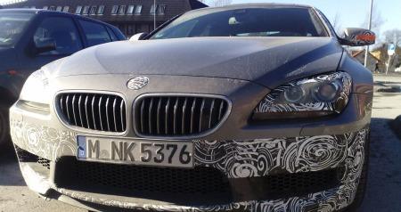 De kan kamuflere logoen på panseret så mye de vil, men Joakim Furnes hadde ingen vansker med å se at dette var en BMW. Og ikke bare det - en ganske så spesiell modell til og med ... MMS-FOTO: Joakim Furunes