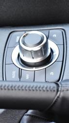 Akkurat som i premiumbilene fra Audi, BMW og Mercedes får du nå også et menyhjul mellom forsetene i Mazda CX-5.