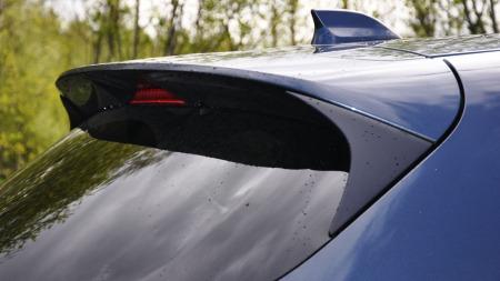 Stor spoiler over bakluka, et av flere designelementer som gir CX-5 et sportslig utseende.