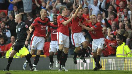 Michael Owen og resten av Manchester United jubler hemningsløst etter overtidsscoringen mot Manchester City i 2009. (Foto: Neal Simpson/Pa Photos)