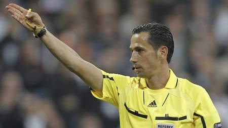 Pedro Proença fra Portugal dømmer Mesterliga-finalen mellom Bayern München og Chelsea. (Foto: Paul White/Ap)