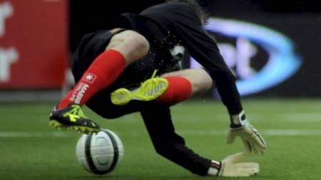 Her roter Rune Almenning Jarstein ballen i mål. Keepertabben sørget for at Magnus Andersens heading endte med scoring. (Foto: Bertinussen, Rune Stoltz/NTB scanpix)