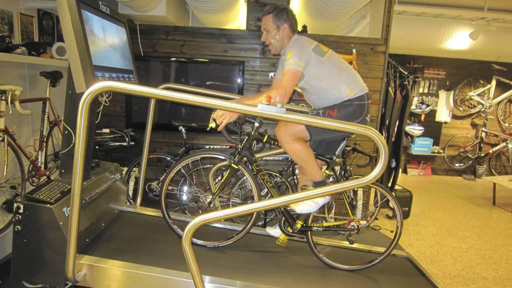 FULL RULLE: Norges første sykkeltredemølle befinner seg i sykkelbutikken til eks-proff Bo Andre Namtvedt i Bergen. (Foto: Eivind A. Pettersen/)