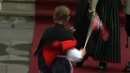 LØPER: Her løper prinsessen strålende fornøyd opp på trappen til foreldrenene.  (Foto: TV 2 )