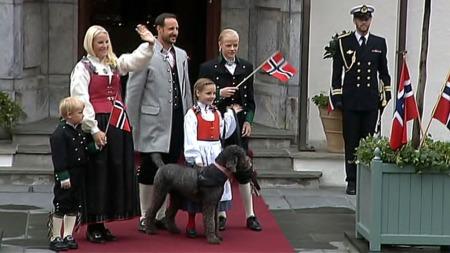SAMLET PÅ SKAUGUM: Her er kronprinsfamilien samlet på trappen mens de føler Askerskolenes barnetog.  (Foto: TV 2)