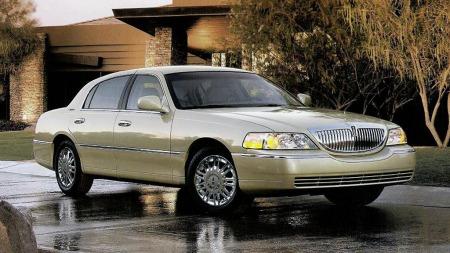 I fjor var det slutt på produksjonen av Lincolns store og ultratradisjonelle Town Car, her i 2006-utgave. Dermed ligger markedet åpent for Cadillacs nye stor-sedan XTS - både i standardform og som basis for stretchede versjoner av forskjellig slag. (Foto: Ford Motor Company)