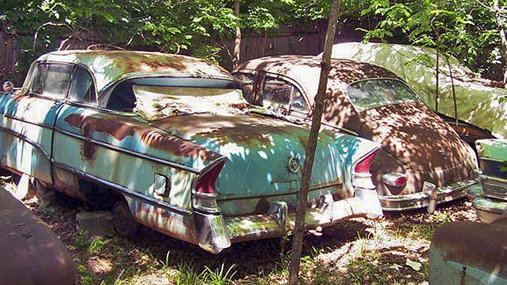 Til helgen kan du kjøpe denne 1956 Clipper Super hardtopen og  1950 Packard Eight´en bortenfor - og 13 andre Packarder på auksjon i Kansas.  Bilene er innbyttebiler fra en Packard-forhandler - og da overrasker det  vel ikke særlig at de har stått rolig i noen tiår... Faksimile: Facebook.com