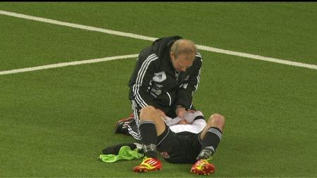 Herolind Shala ble skadd da Bo Andersen gikk ut i feltet for å ta ballen. (Foto: TV 2)