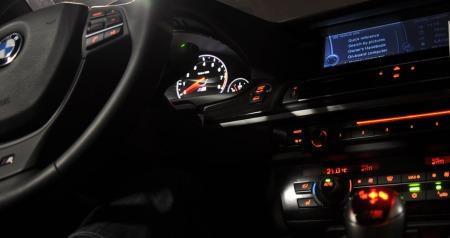 Det er stemningsfyllt i interiøret - og under turtellernåla er naturligvis M-merket godt opplyst. M-merket går igjen både i rattet og på girspaken. Branding kalles det.