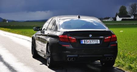 BMW M5 går som ut uvær - ikke ulikt det som venter oss i horisonten på bildet ...