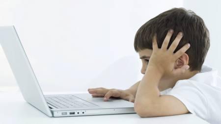 MAKS TO TIMER: Forskerne bak studien anbefaler at foreldrene   sørger for at barna ikke får bruke mer enn to timer til sammen foran   TV og datamaskinen hver dag. (Foto: Illustrasjonsbilde / Colourbox/6PA/MAXPPP)