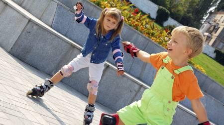 LEKE UTE: - Stillesitting er farlig for helsen vår. Slipp barna   ut i det fri! Leking utendørs fremmer kreativiteten, sier Sporty-ekspert   Siri Marte Hollekim. (Foto: Illustrasjonsbilde / Colourbox/)