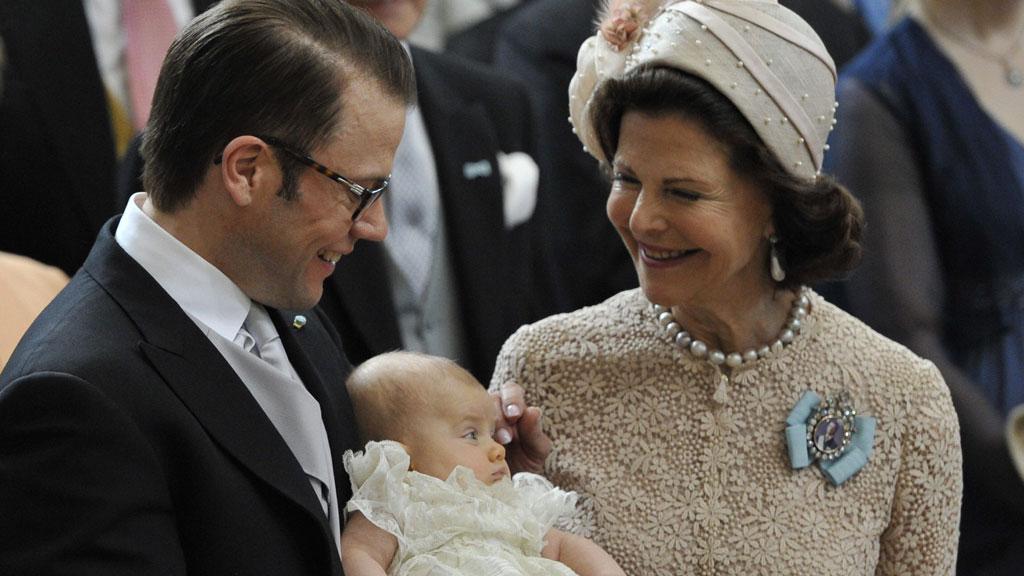 DAGENS DRONNING: Dronning Silvia av Sverige var blant den kongelige dåpens aller flotteste. Her med lille Estelle og Daniel.