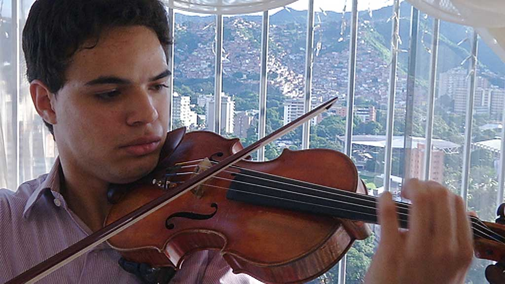 NYTT STJERNESKUDD: Andres Rivas regnes han som en kommende dirigentstjerne.  (Foto: TV 2)