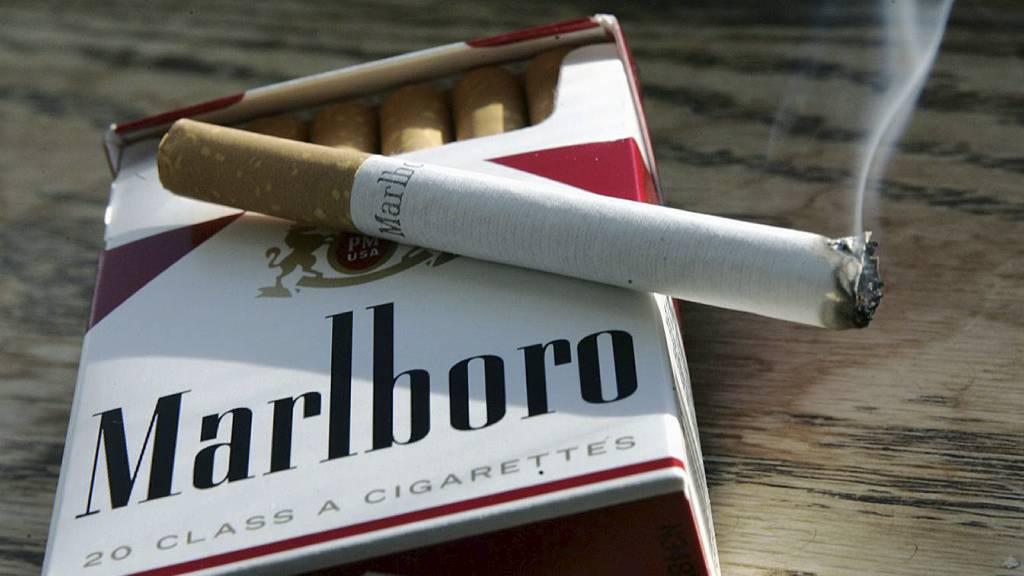 TOBAKKSBRÅK: Philip Morris misliker at sigarettene har blitt usynlige i norske butikker. (Foto: Mel Evans/Ap)