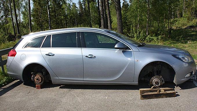 Dekkene var borte og tyvene hadde brukt blant annet murstein for å holde bilen oppe etter tyveriet.   (Foto: Nina Skyrud, rb.no/ANB)