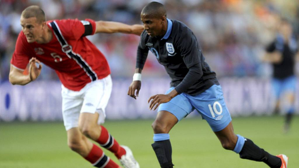 Ashley Young runder Hangeland og setter inn 1-0 for England på Ullevaal. (Foto: Anthony Devlin/Pa Photos)