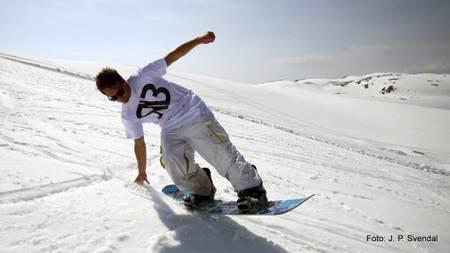 HERLIGE FORHOLD: Folgefonn Sommarskisenter har ti meter dyp   snø på det meste, og planlegger å holde åpent hver dag hele sommeren.   (Foto: Folgefonn Sommarskisenter/)