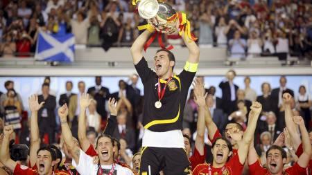 KAPTEIN: Iker Casillas ble den første keeper som mottok EM-trofeet da han var kaptein for Spania i 2008. (Foto: OLIVER LANG/Afp)