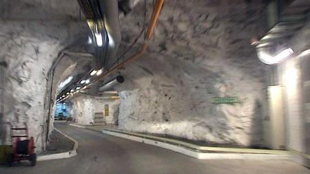TUNNELAR: Det er lange tunnelar under bakken i det atomsikre anlegget. (Foto: TV 2)