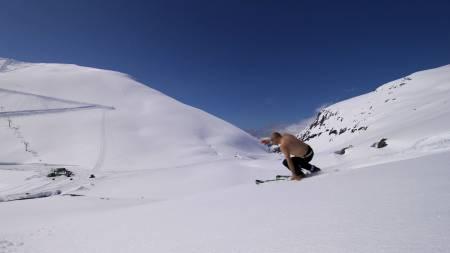 TOPPLØS PÅ BRETT: Strålende snøforhold   og besøksrekord på Stryn Sommerski i pinsehelga. Her er Leif-Erik Nilsen   i aksjon i bar overkropp. (Foto: Frode Sunde/)
