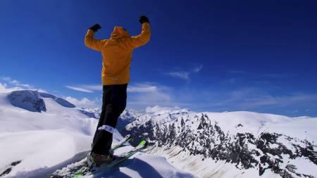 TOPPLØS   PÅ BRETT: Strålende snøforhold og besøksrekord på Stryn Sommerski i pinsehelga.   Her er Leif-Erik Nilsen klar til å sette utfor. (Foto: Frode Sunde/)