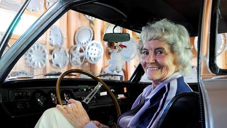 Sigrid har eit utal hjulkapslar som veggpryd i garasjen sin. Denne sommaren er 83-åringen klar for å ta sin sylvgrå Opel Rallye Kadett ut på vegen for 45. året på rad. (Foto: Kristin P. Romtveit, ta.no/ANB)