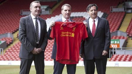 Brendan Rodgers holder opp beviset på at han er den nye Liverpool-manageren. (Foto: Barrington Coombs/Pa Photos)