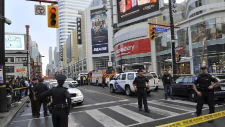 Politiet setter opp sperringer rundt kjøpesenteret etter hendelsen, som ryster en av Canadas støste byer. Panikk brøt ut da en mann begynte å skyte. (Foto: Victor Biro/Pa Photos)