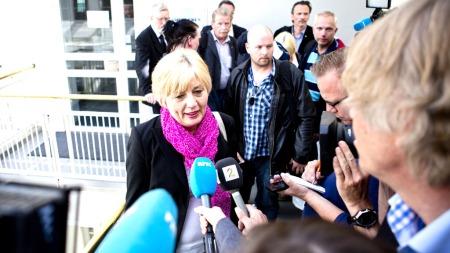 STREIK: Forbundsleder Erna Hagensen i Norsk Arbeidsmandsforbund bekrefter at vekterne går ut i streik etter at forhandlingene her hos riksmeklingsmannen ikke førte frem.  (Foto: Scanpix)