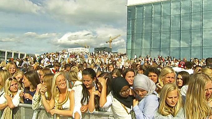 SMEKKFULLT: Taket på Operaen i Bjørvika er fylt til randen av unge Bieber-tilhengere. (Foto: TV 2)