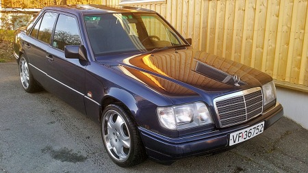 Tobias drømmebil er ikke så veldig ulik de to Mercedesene han allerede har. Men en original E500 blir det nok litt tid til han får tak i, og da får denne E220en duge i mellomtiden. (Foto: Privat)