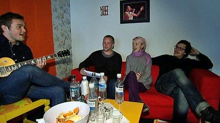 BACKSTAGE: Martin Halle (t.h.) sammen med sitt «eksamensband» på Nattjazz. Fra venstre: Gitarist Marius Klovning (24), kontrabassist Edvard Mjanger (29) og trommis Siv Øyunn Kjennstad (22 år). (Foto: Geir Johnny Huneide/TV 2)