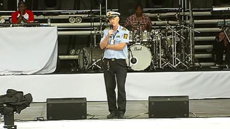 GIKK PÅ SCENEN: Kåre Stølen i oslopolitiet gikk på scenene og   ba de elleville ungjentene ta det rolig, og uttrykte bekymring for Justin   Bieber-fansen. (Foto: TV 2)