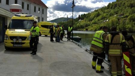 Det ble slått full utrykningsalarm lørdag formiddag etter at en bil havnet i vannet med et barn sittende inni.  (Foto: TV 2/Simen Olafsen)