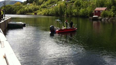 SØKTE MED DYKKERE: Brannvesenet rykket ut med dykkere og søkte etter savnede, etter at bilen med en tre år gammel gutt havnet i vannet. (Foto: Simen Olafsen/TV 2)