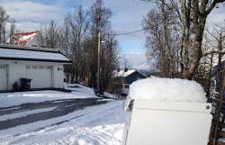 Det ligger ni cm snø på toppen av postkassen til Egil Pettersen onsdag. (Foto: Egil Pettersen)