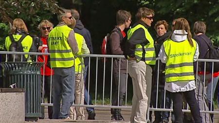 streikevakter utenfor ud (Foto: TV 2)