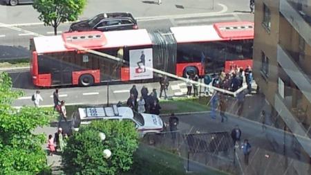ALVORLIG: Store politistyrker har rykket ut til Tøyen-senteret. Minst syv ambulanser er også på stedet. (Foto: Tips til 02255)