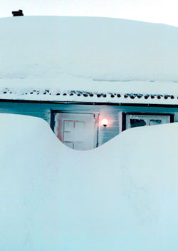 Snøværet har lettet 31. januar 1997. Snødybden har nådd 155 centimeter, det skal komme nesten en meter til før vinteren er over. (Foto: NTB-foto: Gorm Kallestad)