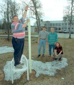 8. juni 1997 var det bare noen flekker igjen. Bår Fjukstad viser snørekorden fra 29. april på 2,4 meter. Bak Magnus Ovhed, Halvdan Johnsen og Unni Nilsen.  (Foto: Scan-Foto: Ole M. Rapp)