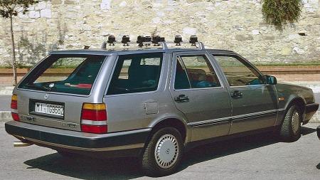 Søstermodellen Lancia Thema ble levert som stasjonsvogn, og den spesialbygde Saaben har helt tydelig fått transplantert tak, bakre sidevinduer og bakluke fra denne bilen. (Foto: Charles01/Wikipedia Commons)