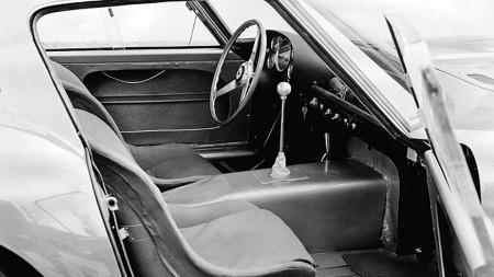 Det var temmelig formålsrettet interiør i de gamle Ferrari-racerne, og 250 GTO var intet unntak fra regelen. Men det hindrer altså ikke en ganske formidabel verdistigning. (Foto: Ferrari S.p.A.)