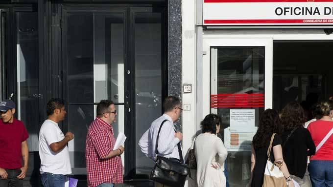 UTAN JOBB: Arbeidsløysa i Spania er rekordhøgd. EU vil no gjera det lettare for unge å reisa til andre EU-land å søkja jobb. (Foto: Scanpix)